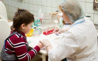 мальчик сдает кровь на анализ